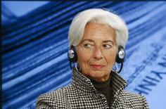 La directora gerente del Fondo Monetario Internacional (FMI), Christine Lagarde asiste a una sesión en el Foro Económico Mundial en Davos, el 21 de enero de 2016. La directora gerente del Fondo Monetario Internacional (FMI), Christine Lagarde, anunció el viernes que se postulará para un segundo mandato al frente del organismo tras haber conseguido el apoyo de importantes economías, aunque sus planes podrían verse alterados por un caso judicial que enfrenta en su natal Francia.  REUTERS/Ruben Sprich