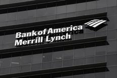"""El logo de Bank of America Merrill Lynch. en una de sus sucursales en Singapur. 17/05/2012. La probabilidad de que la economía estadounidense entre en recesión el próximo año subió al 20 por ciento, pero la posibilidad de que se produzca una gran crisis como la de 2008-2009 """"es lejana"""", dijo el viernes Bank of America Merrill Lynch. REUTERS/Tim Chong"""