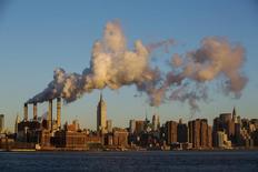 Columnas de vapor durante un día de bajas temperaturas en Nueva York, ene 7, 2014. Los precios del crudo escalaban cerca de un 8 por ciento el viernes, debido a que una ola de frío impulsó la demanda de combustible para calefacción y los inversores aprovecharon los precios más bajos desde 2003 para liquidar algunas de sus apuestas más rentables sobre los declives del precio.  REUTERS/Lucas Jackson