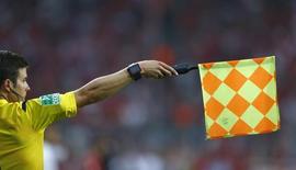 Árbitro utilizando relógio com tecnologia da linha do gol em partida do Campeonato Alemão.    14/08/2015   REUTERS/Michaela Rehle