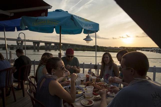 1月22日、モルガンSが、今年の米景気後退確率は20%と予想した。写真はメリーランド州で夕食を楽しむ人々。昨年9月撮影(2016年 ロイター/Jonathan Ernst)