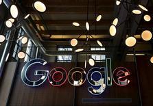 """Google dijo el viernes que acordó pagar a la autoridad tributaria de Reino Unido 130 millones de libras esterlinas (unos 172 millones de euros) en impuestos atrasados, lo que generó críticas de activistas y académicos que dijeron que el pacto era """"una ganga"""" para el gigante de Internet. En la imagen, un logo de neón de Google en su sede en Kitchener-Waterloo, Ontario, el 14 de enero de 2016. REUTERS/Peter Power"""