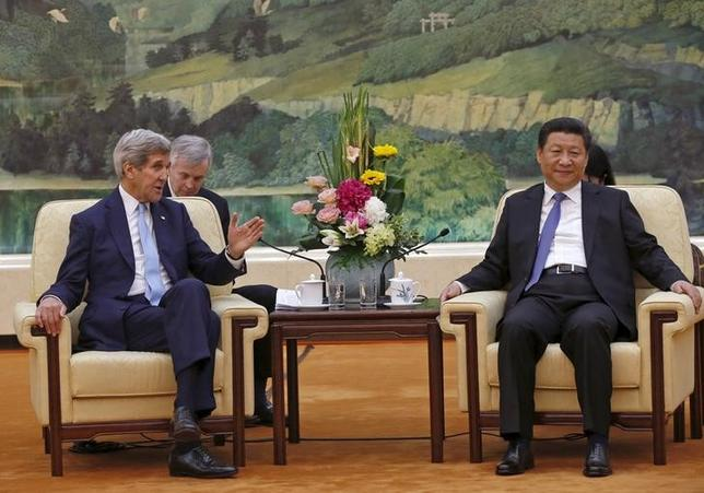 U.S. Secretary of State John Kerry (L) talks with Chinese President Xi Jinping at the Great Hall of the People in Beijing, China, May 17, 2015.  REUTERS/Kim Kyung-Hoon