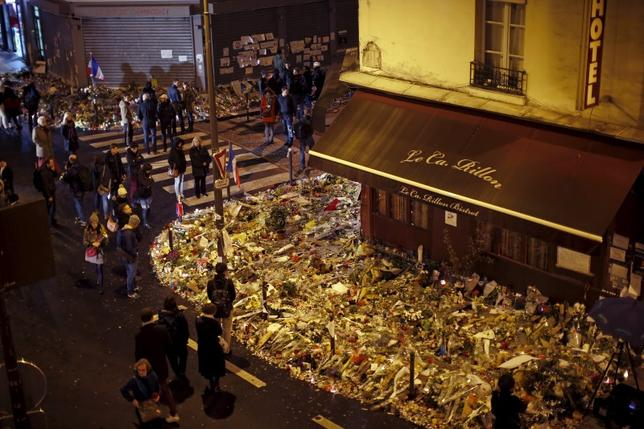 People mourn outside ''Le Petit Cambodge'' and ''Le Carillon'' restaurants a week after a series of deadly attacks in the French capital, in Paris, France, November 20, 2015. REUTERS/Benoit Tessier