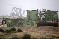 Станки-качалки в Бейкерсфилде, Калифорния 17 января 2015 года. Цены на нефть растут за счет покрытия коротких позиций и похолодания в США. REUTERS/Lucy Nicholson