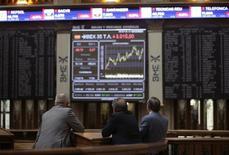 El Ibex-35 mantenía una leve subida a mediodía del jueves, en línea con el resto de mercados europeos, después de hundirse la víspera por la bajada de los precios del petróleo, mientras el mercado espera que el BCE transmita un mensaje tranquilizador tras su reunión de esta tarde. En la imagen de archivo, pantallas con cotizaciones en la Bolsa de Madrid REUTERS/Andrea Comas
