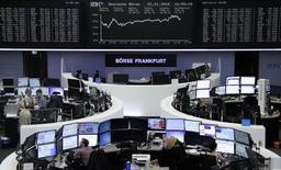 Las bolsas europeas bajaban el lunes, con las acciones de los principales valores de petróleo y gas perdiendo terreno a medida que se apaga el reciente rally de precios del petróleo. En la imagen, operadores trabajan en la Bolsa de Fráncfort, el 22 de enero de 2016. REUTERS/Staff/Remote