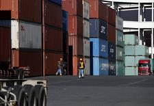 Trabajadores caminan en el área de los contenedores en un puerto en Tokio, Japón. 25 de enero de 2016. Las exportaciones japonesas registraron su mayor caída en más de tres años en diciembre del 2015 en comparación con el mismo mes del año previo, un dato que alimenta los temores de una contracción económica en el último trimestre del año de la mano de la desaceleración en China y en los mercados emergentes. REUTERS/Toru Hanai
