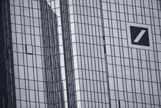Deutsche Bank, qui s'apprête à publier une perte annuelle record en raison de dépréciations, du coût des litiges et de celui de sa restructuration, va réduire fortement les bonus accordés à ses salariés, selon trois sources proches du dossier, qui précisent que les enveloppes globales attribuées à chaque division seront réduites d'au moins 25% à 30%. /Photo d'archives/REUTERS/Kai Pfaffenbach