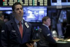 Operadores trabajando en la Bolsa de Nueva York. 22 de enero de 2016. Los principales índices bursátiles bajaban el lunes en Estados Unidos, arrastrados por las acciones de los sectores energético e insumos básicos al desvanecerse el repunte de los precios del petróleo del final de la semana pasada. REUTERS/Brendan McDermid