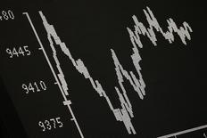 Las bolsas europeas cayeron el lunes lastradas por las compañías de petróleo y gasísticas que perdieron terreno debido a que el rebote del precio del crudo se disipó y las fuertes caídas de los acreedores españoles e italianos, que golpearon los valores bancarios.  En la imagen, el índice DAX alemán, en una pantalla situada en la Bolsa de Fráncfort, el 21 de enero de 2016.  REUTERS/Kai Pfaffenbach
