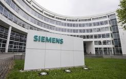 A Siemens logo is pictured on an office building of Siemens AG in Munich in this May 30, 2014 file photo. REUTERS/Lukas Barth