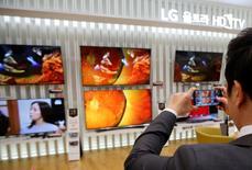 LG Electronics fait état d'une hausse légèrement plus marquée que prévu de son résultat opérationnel du quatrième trimestre, le géant électronique sud-coréen ayant notamment tiré parti de la reprise de son activité téléviseurs. Le deuxième fabricant mondial de téléviseurs précise que son bénéfice d'exploitation sur la période octobre-décembre a progressé de 27%, à 349 milliards de wons contre un consensus de 340 milliards, selon Thomson Reuters Starmine SmartEstimate. /Photo prise le 28 janvier 2015/REUTERS/Kim Hong-Ji