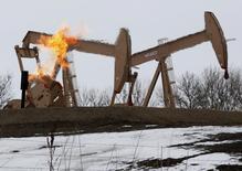 Станки-качалки в Северной Дакоте 11 марта 2013 года. Цены на нефть держатся в районе $30 за баррель из-за избыточного предложения на мировом рынке. REUTERS/Shannon Stapleton