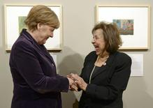 "German Chancellor Angela Merkel stands with Holocaust survivor, artist Nelly Toll (R) at the exhibition ""Art from the Holocaust"" at the Deutsches Historisches Museum  (German Historical Museum) in Berlin, Germany, January 25, 2016. REUTERS/Britta Pedersen/Pool"