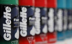 Пена для бритья Gillette производства компании Procter & Gamble в магазине Wal-Mart в Чикаго. 24, 2012. Прибыль крупнейшего в мире производителя косметической продукции и бытовой химии Procter & Gamble Co во втором квартале превысила ожидания благодаря сокращению расходов, сообщила компания, однако предупредила о неблагоприятном влиянии укрепления доллара на годовые продажи. REUTERS/John Gress