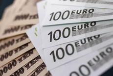 Банкноты евро и японской иены в пункте обмена валюты Interbank Inc. Токио, 9 сентября 2010 года. Безопасная японская иена и низкодоходный евро приостановили рост на дневных торгах во вторник, поскольку восстановление мировых фондовых рынков и рынка черного золота способствовало укреплению сырьевых валют, которые находятся в тесной связи с движением нефти, а именно австралийского и канадского доллара. REUTERS/Yuriko Nakao