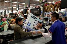 Una persona en la fila de pago de un supermercado Wal-Mart en Ciudad de México, nov 17, 2011. Las ventas minoristas en México subieron en noviembre por segundo mes consecutivo después de un fuerte tropiezo en septiembre, lo que apunta a un desempeño moderado de la economía, mostraron el martes cifras oficiales.     REUTERS/Henry Romero