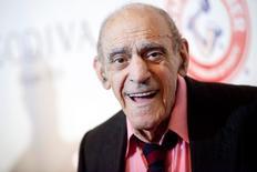Ator Abe Vigoda sorri durante evento em Nova York.  16/5/2012. REUTERS/Andrew Kelly