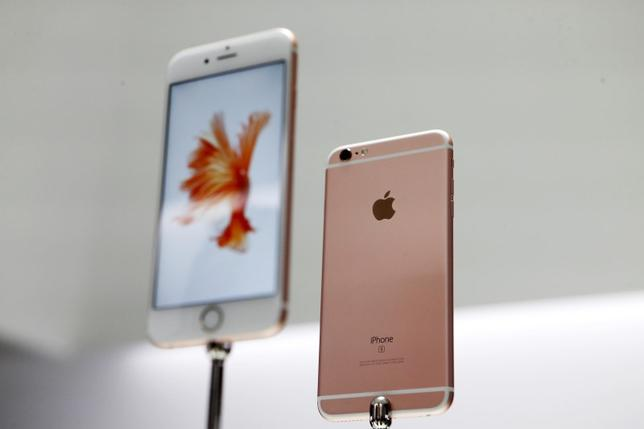The Apple iPhone 6S and 6S Plus are displayed during an Apple media event in San Francisco, California, September 9, 2015. REUTERS/Beck Diefenbach