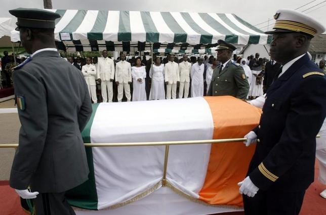 Pallbearers from the Ivory Coast military carry the coffin of Robert Guei, former president and army general, during a funeral ceremony held at the Ivorian Army Chief of Staff headquarters in Abidjan August 18, 2006. REUTERS/Thierry Gouegnon