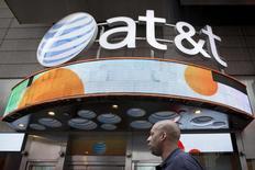 AT&T a annoncé une hausse du chiffre d'affaires trimestriel moins importante que prévu, chaque abonné lui ayant moins rapporté qu'auparavant (-2%) dans un contexte de concurrence intensifiée. /Photo d'archives/REUTERS/Brendan McDermid