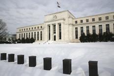 La Reserva Federal dejaría los tipos de interés sin cambios el miércoles y reconocería que las turbulencias en los mercados financieros amenazan su visión optimista de la economía estadounidense, lo que dejaría las posibilidades de un alza en marzo reducidas pero latentes. En la imagen, la nieve cubre la entrada del edificio de la Reserva Federal de Estados Unidos en Washington, el 26 de enero de 2016. REUTERS/Jonathan Ernst