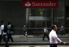 Personas caminan delante de una sucursal del Banco Santander, en el centro de Río de Janeiro. 19 de agosto de 2014. La ganancia de Banco Santander Brasil superó las estimaciones en el cuarto trimestre, ya que el impacto de un sorpresivo crédito impositivo compensó con creces un alza en las provisiones para préstamos incobrables y un declive en los ingresos por intereses en el tercer banco privado del país sudamericano. REUTERS/Pilar Olivares
