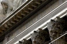 Las acciones bajaban el miércoles en la apertura de Wall Street, después de que los precios del petróleo cedieran ganancias previas y que Apple realizara una tibia previsión de ingresos trimestrales. En la imagen, la fachada de la Bolsa de Nueva York, situada en Wall Street, al sur de Manhattan, el 20 de enero de 2016. REUTERS/Mike Segar