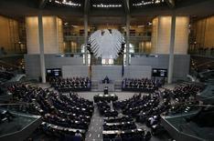 Alemania redujo su proyección de crecimiento económico en 2016 a un 1,7 por ciento, desde una estimación previa del 1,8 por ciento, dijo el miércoles el Gobierno, en momentos en que una desaceleración en los mercados emergentes y en China pone bajo presión a los exportadores de la mayor economía de Europa. En la imagen, una panorámica del Parlamento alemán, denominado Bundestag, en Berlín, el 27 de enero de 2016. REUTERS/Fabrizio Bensch