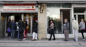 El Gobierno español confía en que los datos de empleo del último trimestre de 2015 que se conocerán el jueves reflejen una caída del paro récord y confirmen su expectativa de creación de 600.000 puestos de trabajo en el ejercicio, en un país con una de las tasas de desempleo más altas de la Unión Europea. En esta foto de archivo, gente entrando en una oficina de empleo en Madrid el 22 de octubre de 2015. REUTERS/Andrea Comas