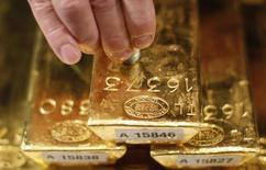 A la Bundesbank. La banque centrale allemande a rapatrié l'année dernière 210 tonnes d'or stockées à l'étranger, dont plus de la moitié de Paris, poursuivant son objectif de transférer à Francfort la moitié des réserves allemandes d'ici 2020. /Photo d'archives/REUTERS/Lisi Niesner