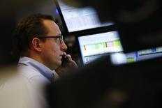 Las acciones europeas cerraron estables el miércoles gracias a un repunte tardío impulsado por un alza de los precios del petróleo, tras haber estado en terreno negativo gran parte de la sesión arrastradas por las noticias pesimistas sobre resultados trimestrales. En la imagen, un agente financieron trabaja en la sede de la Bolsa de Fráncfort, en Alemania, el 21 de enero de 2016. REUTERS/Kai Pfaffenbach