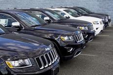 Fiat Chrysler (FCA) a relevé mercredi les objectifs financiers de son plan de redressement pour prendre en compte des résultats meilleurs que prévu en Amérique du Nord et en Europe et des fortes ventes de son 4x4 Jeep. /Photo prise le 24 juillet 2015/REUTERS/Eduardo Munoz