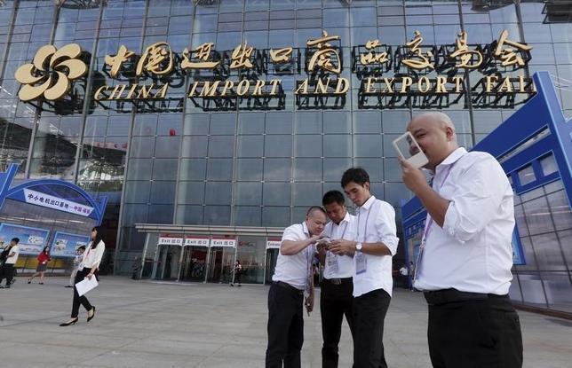 1月27日、中国のスマートフォン市場は、アップルや小米科技(シャオミ)など業界を代表する企業の勢いに陰りが見え始めており、ブームが終焉を迎えたのかもしれない。写真は広州で昨年10月撮影(2016年 ロイター/Bobby Yip)