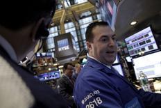 Трейдеры на фондовой бирже в Нью-Йорке. 27 января 2016 года. Уолл-стрит закрылась резким снижением в среду, так как Федрезерв США разочаровал инвесторов, которые ждали намёка на то, что регулятор может замедлить темпы повышения ставки из-за финансовой и экономической нестабильности. REUTERS/Brendan McDermid