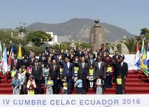 Los mandatarios latinoamericanos coincidieron el miércoles en una cumbre de la CELAC en Quito en buscar soluciones a la crisis económica que aquejan a la región para garantizar el bienestar de sus pueblos. En la imagen, líderes latinoamericanos posan para la foto de familia de la cumbre CELAC en Pomasqui, a las afueras de Quito, Ecuador, el 27 de enero de 2016.    REUTERS/Guillermo Granja