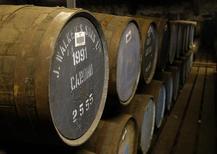 Бочки с виски на складе Diageo в Шотландии. 21 марта 2014 года. Крупнейший в мире производитель спиртных напитков Diageo отчитался в четверг о росте полугодовых продаж на 1,8 процента, ограниченном курсовыми разницами и продажей активов, включая винный бизнес. REUTERS/Russell Cheyne
