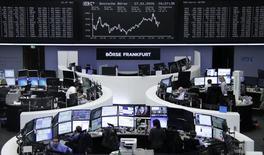 Las bolsas europeas han abierto con ligeras subidas la sesión del jueves tras una jornada volátil en los mercados asiáticos y pérdidas en Wall Street, no obstante los decepcionantes resultados de Roche están lastrando al sector farmacéutico. En la imagen, operadores en la Bolsa de Fráncfort, el  27 de enero de 2016.     REUTERS/Staff/Remote