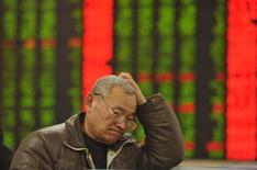 Инвестор в брокерской конторе в Фуяне. 28 января 2016 года. Фондовый рынок Китая просел до нового минимума одного года в четверг в связи с продолжением панической распродажи. REUTERS/China Daily
