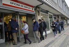 El número de parados cayó el año pasado en una cifra récord de 678.200 personas gracias a la recuperación económica en España, lo que permitió que la tasa de paró se situara en su nivel más bajo de los últimos cuatro años y medio. En la imagen, varias personas entran en un centro de empleo en Madrid, el 28 de enero de 2016. REUTERS/Andrea Comas