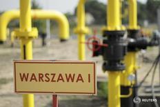 """Знак с надписью """"Варшава"""" на газовой станции в Центральной Польше 12 сентября 2014 года. Польская газовая компания PGNiG планирует к 2022 году построить газопровод между Польшей и Норвегией, что позволит Польше снизить зависимость от российского газа. REUTERS/Wojciech Kardas/Agencja Gazeta"""
