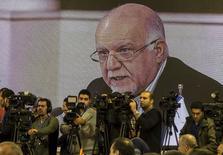 Министр нефти Ирана Бижан Зангане на  Форуме стран-экспортёров газа в Тегеране 21 ноября 2015 года. Входящий в Организацию стран-нефтеэкспортёров (ОПЕК) Иран не получал запроса от России обсудить сокращение добычи нефти, чтобы поддержать цены на сырьё, сказал министр нефти Ирана Бижан Зангане. REUTERS/Raheb Homavandi/TIMA