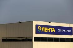 A Lenta supermarket sign is pictured in Moscow February 3, 2014. Russian hypermarket chain Lenta, part-owned by U.S. private equity firm TPG, has set a price range for its planned London market debut, which implies a market valuation of up to $5 billion, the company said on February 14, 2014. Picture taken February 3, 2014. REUTERS/Maxim Shemetov/Files (RUSSIA - Tags: BUSINESS)