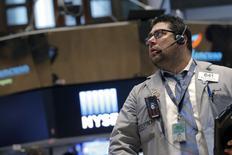 Un operador en la bolsa de Wall Street, ene 27, 2016. Las acciones estadounidenses abrieron el jueves en alza ante el fuerte repunte de los precios del petróleo, un día después de que la Reserva Federal de Estados Unidos diera pocos indicios de que desacelerá el ritmo de futuras subidas de las tasas de interés. REUTERS/Brendan McDermid