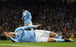 Kevin de Bruyne, do Manchester City, sente lesão durante partida contra o Everton pela Copa da Liga Inglesa. 27/01/2016 REUTERS/Action Images/Jason Cairnduff