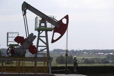Imagen de una extractora de petróleo en el campo de Sergeyevskoye propiedad de Bashneft al norte de Ufa, Bashkortostan, Rusia, el 11 de julio de 2015. Rusia dijo el jueves que Arabia Saudita, el mayor productor de la OPEP, propuso recortes al suministro de petróleo de hasta un 5 por ciento, en lo que sería parte del primer intento para un acuerdo global en más de una década dirigido a ayudar a reducir la sobreoferta de crudo e impulsar los precios. REUTERS/Sergei Karpukhin