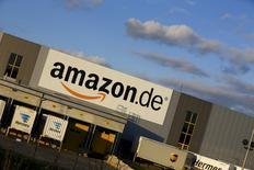 A Koblenz, dans l'ouest de l'Allemagne. Amazon a annoncé jeudi pour le quatrième trimestre 2015 une hausse nettement moins marquée que prévu de son bénéfice, le géant du commerce électronique ayant été confronté à une hausse de ses coûts et à un ralentissement de la croissance de ses services informatiques dématérialisés. Le bénéfice net du groupe s'est établi à 482 millions de dollars (441 millions d'euros) sur les trois mois à fin décembre. /Photo prise le 23 décembre 2015/REUTERS/Wolfgang Rattay