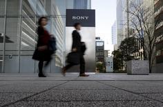 Sony annonce une hausse de 11% de son bénéfice d'exploitation trimestriel, les fortes ventes de la console de jeu PlayStation 4 ayant plus que compensé un tassement des ventes de capteurs d'images, segment à l'origine du redressement du groupe. /Photo prise le 27 janvier 2016/REUTERS/Yuya Shino