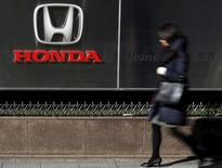 Honda Motor annonce une baisse de 22%, plus forte qu'attendu, de son bénéfice d'exploitation trimestriel, en raison des coûts élevés liés au rappel de millions de véhicules équipés d'airbags de marque Takata. /Photo prise le 27 janvier 2016/REUTERS/Yuya Shino